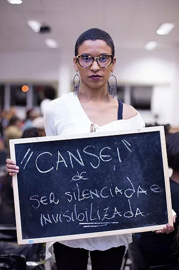 """""""Eu estou realmente cansada de ser invisível e silenciada em todos os aspectos, na minha vida profissional, nas ruas, com a família... Chega, estou cansada! Quero falar, ser ouvida e, acima de tudo, respeitada"""" - Isis Carolina (Foto: Larissa Isis)"""