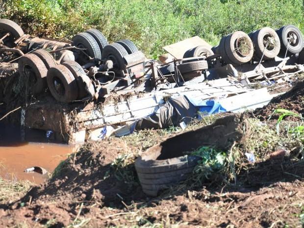 Motorista de caminhão com cigarros contrabandeados morre na 163 (Foto: Maressa Mendonça /G1 MS)
