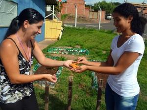 Agentes comunitárias mostram cenouras retiradas de horta comunitária - Piracicaba (Foto: Thomaz Fernandes/G1)