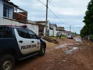 Suspeitos também atiraram contra dono de residência (Foto: Jonatas Boni/G1)