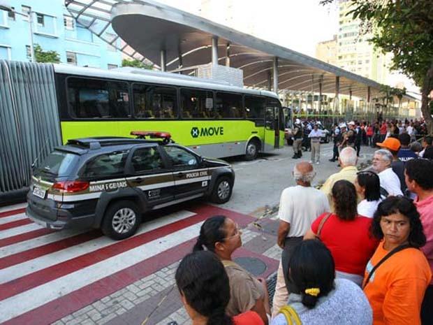 Um idoso morreu ao ser atropelado pelo Move na Avenida Paraná, no Centro de BH, na tarde desta quarta-feira (10) (Foto: Flávio Tavares/Hoje em Dia/Estadão Conteúdo)