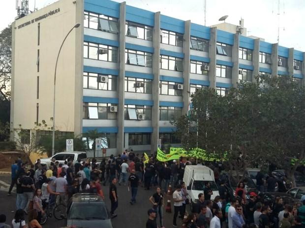 Policiais civis fazem ato em frente à Secretaria de Segurança Pública, no DF, após aprovar continuidade da operação-padrão (Foto: Pedro Borges/G1)