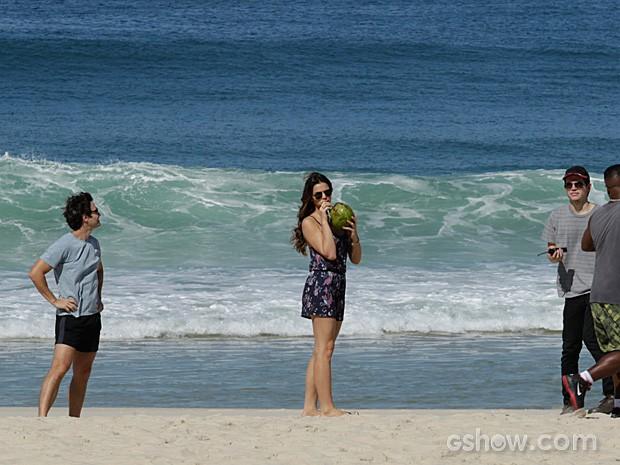 Para se refrescar do calor, Bruna Marquezine toma água de coco (Foto: Fábio Rocha / TV Globo)