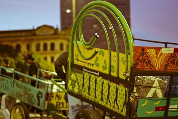 Catadores em ação da ONG Pimp My Carroça (Foto: Circuito Fora do Eixo/Flickr)