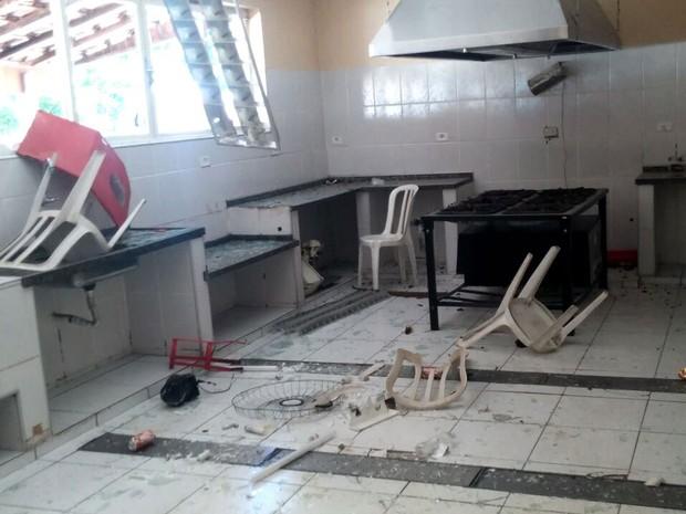 Lanchonete ficou depredada e homem que trabalhava no local foi agredido - Show MC Kauan Piracicaba (Foto: Araripe Castilho/G1)