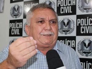 Delegado Menandro Pedro explica como estelionatário agia.  (Foto: Gilcilene Araújo/ G1)