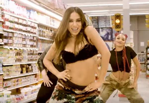"""Anitta no clipe """"Paradinha"""" (Foto: Reprodução/YouTube)"""