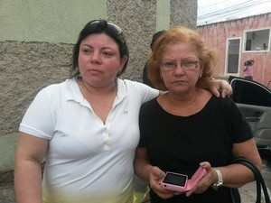 Companheira e mãe de Renata entraram na casa do pintor em busca de pistas da filha (Foto: Will Soares/G1)