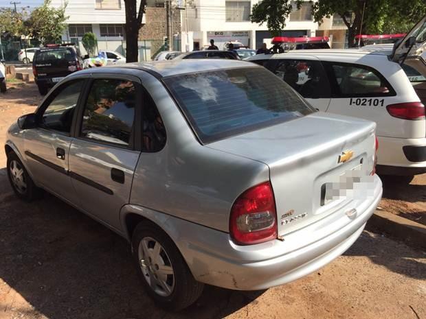 Carro que foi roubado em Araçatuba e usado pelo suspeito (Foto: Eduardo Fonseca/TV TEM)