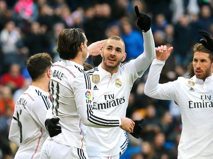 Benzema comemora gol do Real Madrid contra o Real Sociedad (Foto: Agência AP )