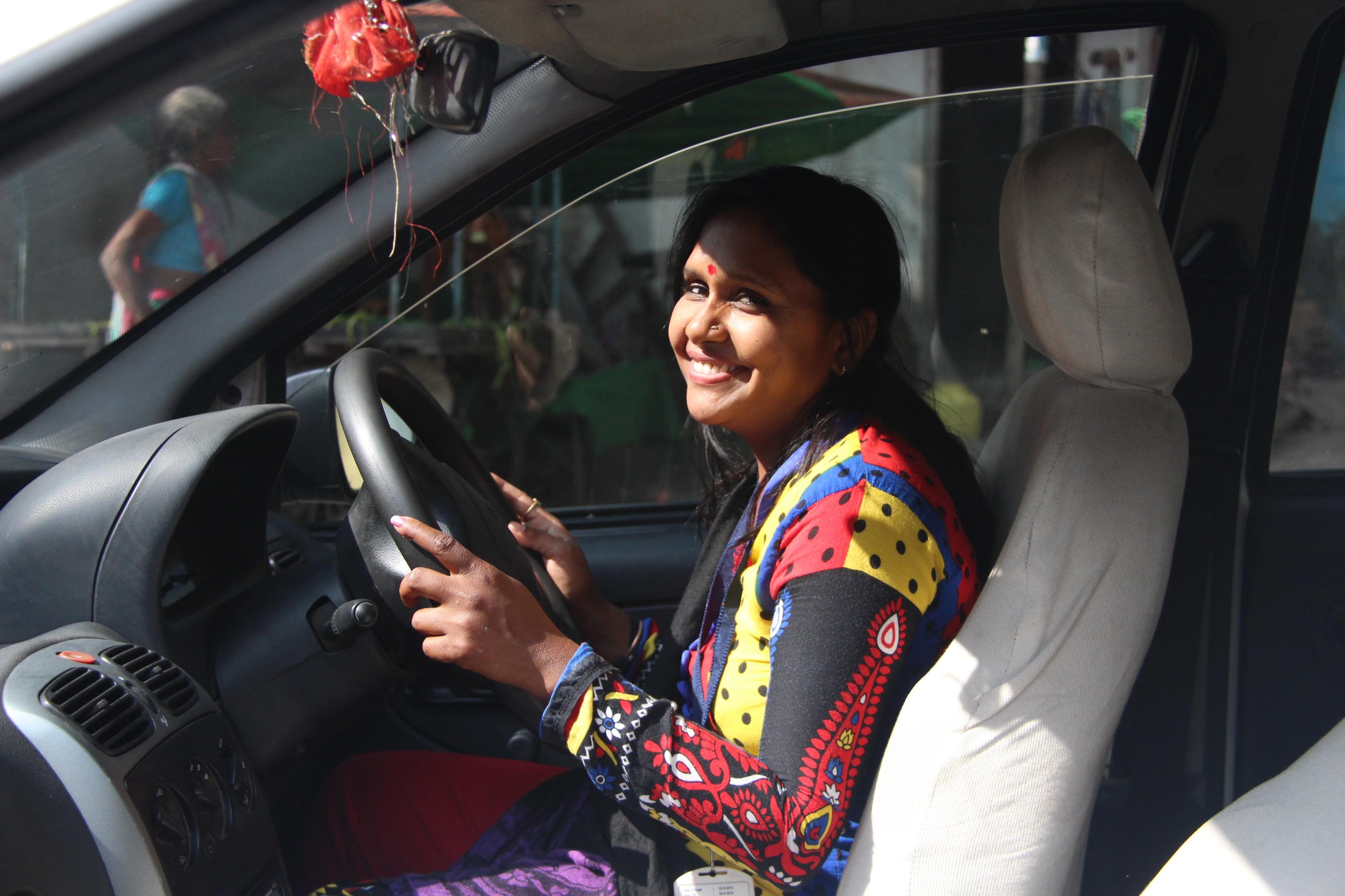 """Na Índia, projeto """"Women on Wheels"""" (""""Mulheres sobre rodas"""") treina mulheres a se tornarem taxistas (Foto: Reprodução Azad Foundation)"""
