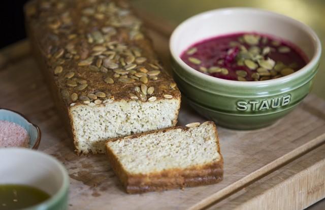 Receita: sopa vegana de beterraba e pão de farinha de amêndoas (Foto: Rafael Avancini)
