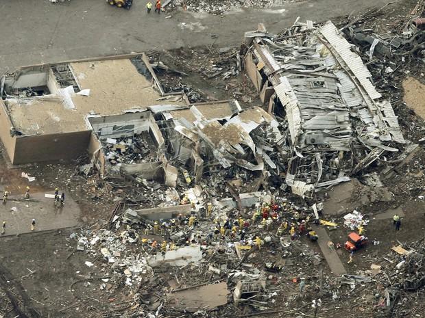 Imagens aéreas mostram o estrago causado pelo tornado que passou por Moore, em Oklahoma, nos Estados Unidos. (Foto: Steve Gooch/AP)
