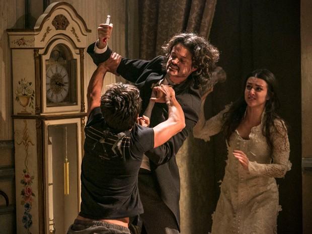Jade acerta vaso na cabeça de Haroldo (Foto: Raphael Dias / Gshow)