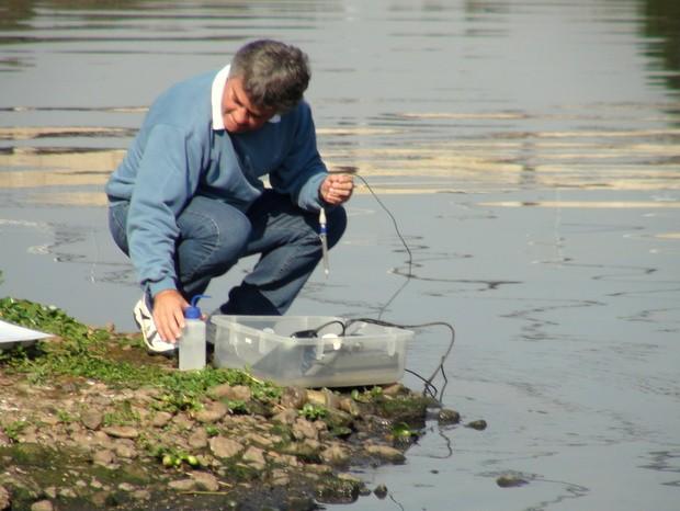 Professor Plínio Barbosa de Camargo analisa água do Rio Piracicaba (Foto: Edijan Del Santo/EPTV)