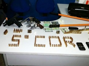 Três policiais foram presos com mercadorias roubadas em Várzea Grande (MT). (Foto: Divulgação/PM)