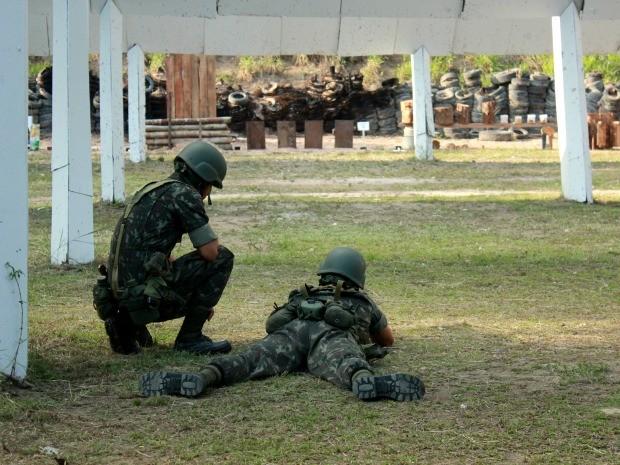 Munições e armamentos para 2016 foram testados nesta quinta-feira (17) (Foto: Jamile Alves/G1 AM)