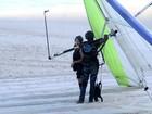 Ex-BBB Letícia voa de asa-delta no Rio
