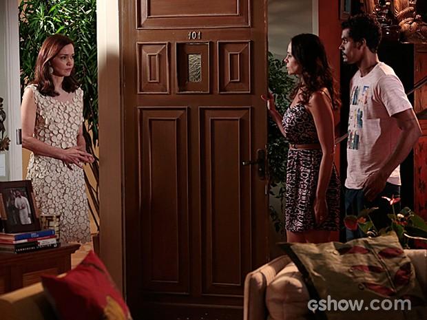 Helena desconfia que a tia tenha pegado a joia e vai atrás dela (Foto: Felipe Monteiro / TV Globo)