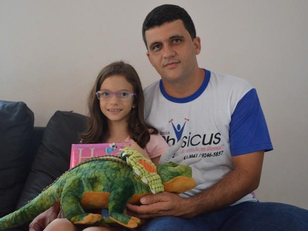 Millene com o pai, o professor de educação física Luis Cesar Moreira (Foto: Rogério Aderbal/G1)