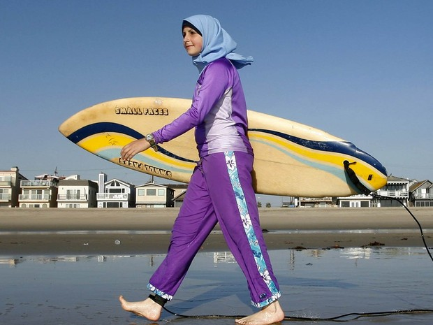 Mulher islâmica usa um burkini para surfar em praia da Califórnia, nos EUA (Foto: Chris Carlson/AP/Arquivo)