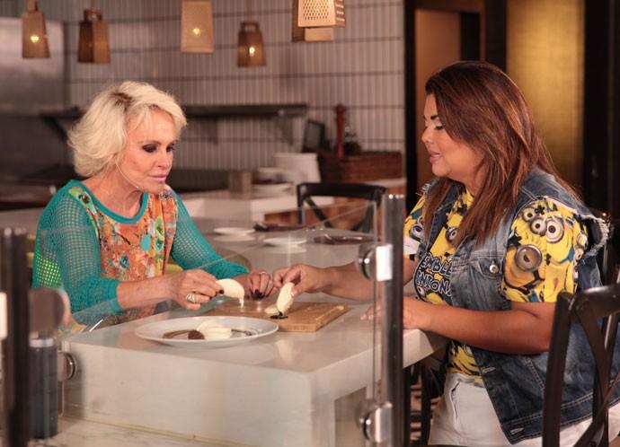 Ana Maria e Fabiana Karla conversam no Universal (Foto: Marcos Mazini/ Gshow)
