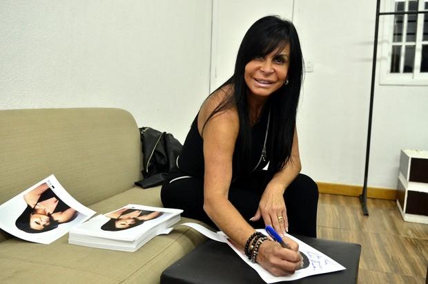 Gretchen autografa antes do início do show no Rio (Foto: Roberto Teixeira / EGO)
