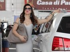 Rivais na ficção, Claudia Raia e Dira Paes gravam em posto de gasolina