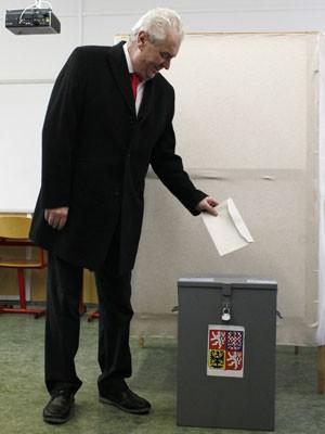 Candidato Milos Zaman, ex-primeiro-ministro tcheco, deposita voto nesta sexta-feira (25) (Foto: Petr Josek/Reuters)