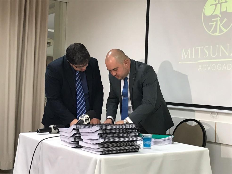 Em entrevista coletiva em Bauru, advogado de suspeita de desvio milionário explicou sobre colaboração pública (Foto: Giuliano Tamura/TV TEM)