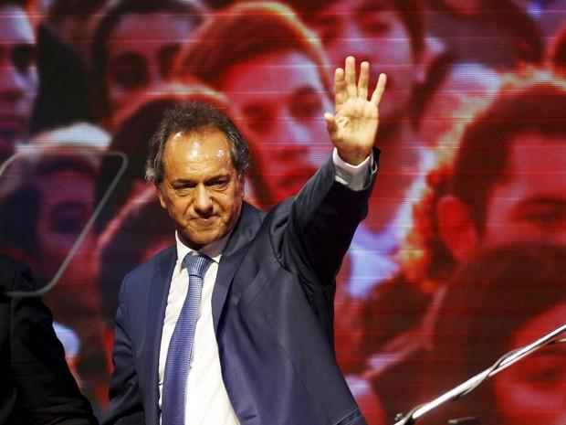 Candidato governista de centro-direita à Casa Rosada, Daniel Scioli, discursa (Foto: Martin Acosta/Reuters)