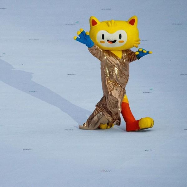 Mascotes dos Jogos usa vestido similar ao de Gisele Bündchen (Foto: Reprodução / Instagram)