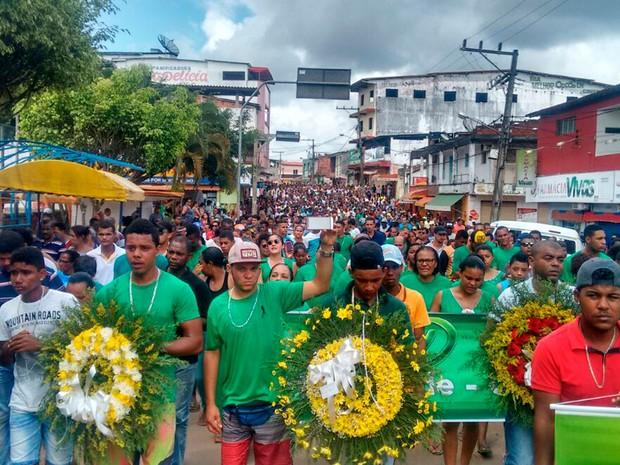 Muitas pessoas acompanharam o corpo do ex-candidato a prefeito de Camamu, na Bahia (Foto: Dudu Face / Camamu Noticias)