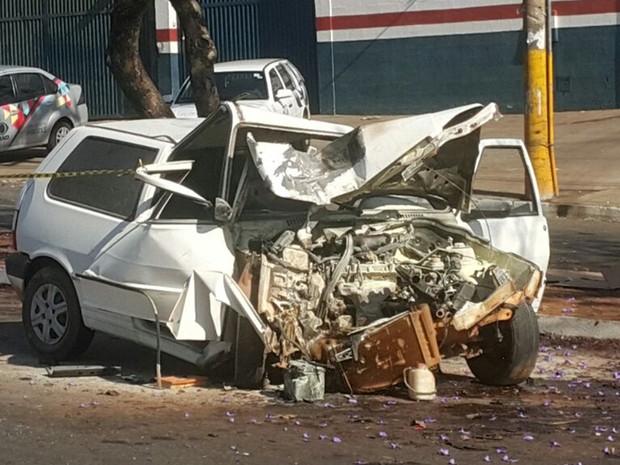 Motorista perdeu o controle e bateu contra árvore, em Goiânia, Goiás (Foto: Rodrigo Mansil/TV Anhanguera)