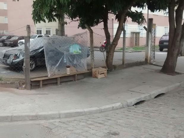Banco onde vítimas estavam em frente a conjunto habitacional de Jundiapeba (Foto: Maiara Barbosa/G1)