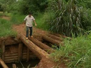 Agricultor se arrisca e passa pelo trecho precário todos os dias (Foto: Reprodução/ TV TEM)