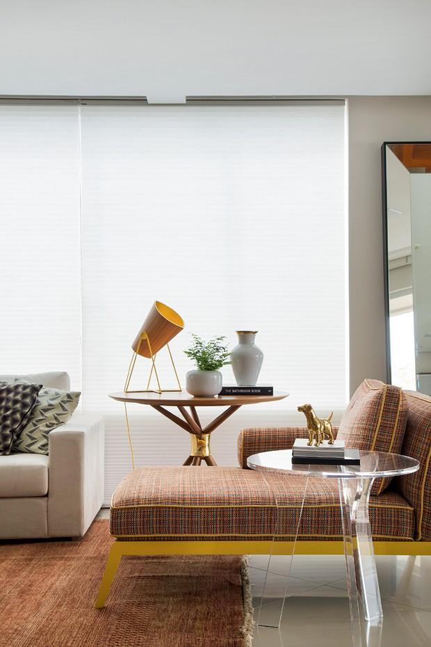 Canto do estar | Chaise Dizzie e mesa Ballerina, da Home Design. A luminária Cono é da LZ Studio. Acessórios da Velha Bahia e da Gabinete Duilio Sartori (Foto: MCA Estúdio)
