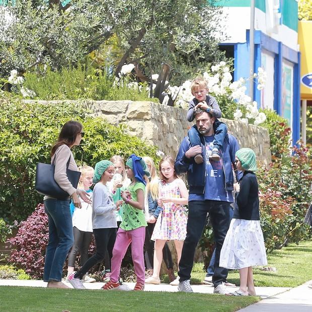 Violet, Seraphina Rose Elizabeth e Samuel com os pais Ben Affleck e Jennifer Garner (Foto: AKM-GSI)