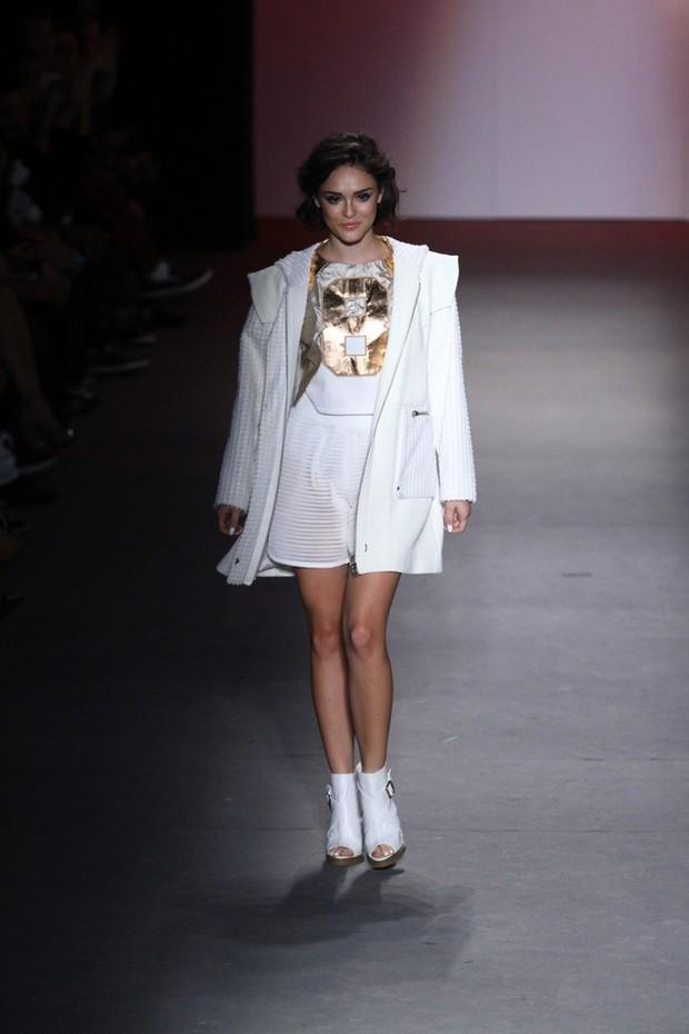 Isabelle Drummond desfila no Fashion Rio (Foto: Raphael Mesquita/FotoRio News)