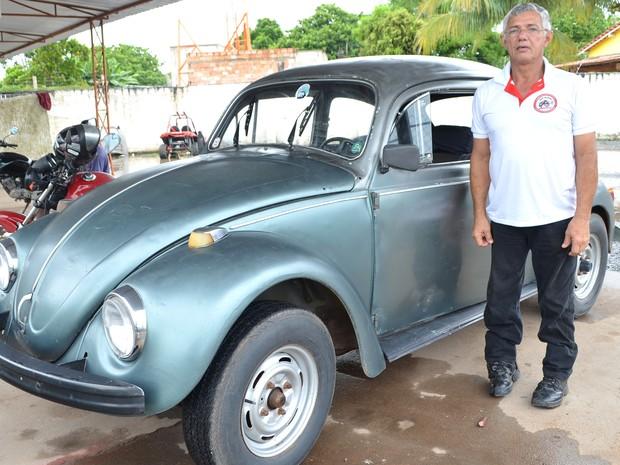 Halimacthub Rocha, de 61 anos, nutre paixão por fusca desde a infância; 'meu pai era mecânico, fui criado dentro de oficina e acabei me apaixonando por fuscas' (Foto: Emily Costa/ G1 RR)