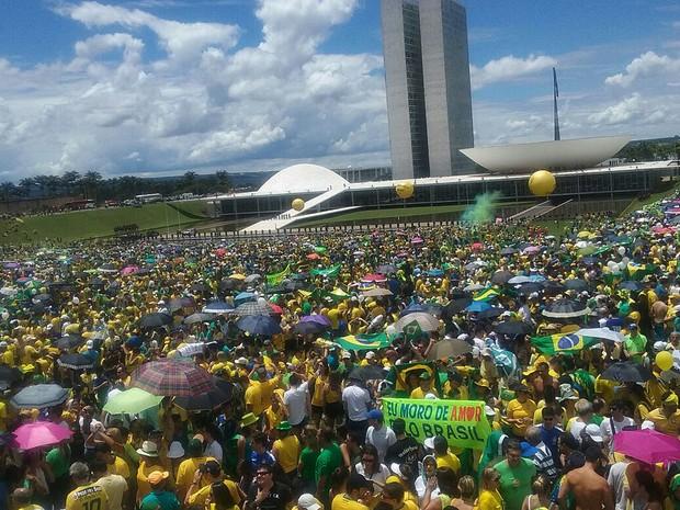 Manifestantes em frente ao Congresso Nacional em ato contra o governo Dilma Rousseff neste domingo (13), em Brasília (Foto: Raquel Morais/G1)