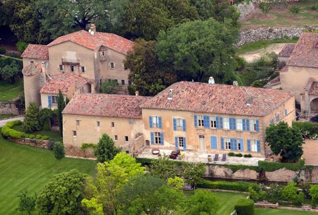 Foto aérea tirada em 2008 mostra Chateau Miraval, propriedade que tem cerca de 60 hectares de vinhedos. O local é de propriedade dos atores Brad Pitt e Angelina Jolie (Foto: AFP)