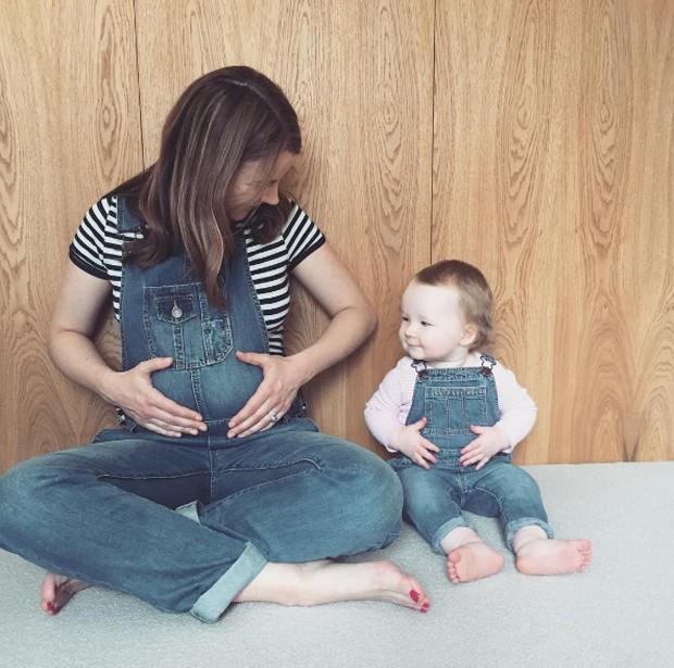 Izzy, esposa de Harry Judd, e a filha Lola (Foto: Reprodução/Instagram)