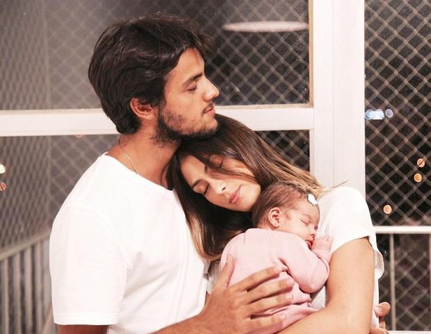 Felipe Simas e Mariana Uhlman comemoram um mês de vida da filha (Foto: Reprodução do Instagram)