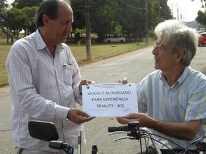 Seo Giuseppe recebe documento que autoriza quadriciclo a transitar pela cidade (Foto: Caio Silveira/ G1)