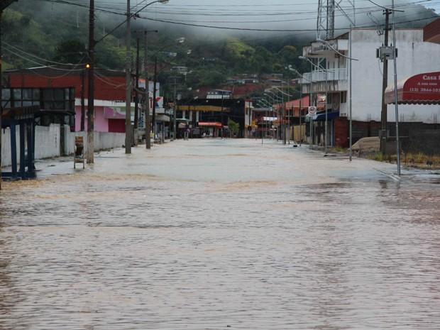 Avenida Brasil ficou tomada pela chuva em Juquiá (Foto: Júpter Darwin Furquim/Arquivo Pessoal)