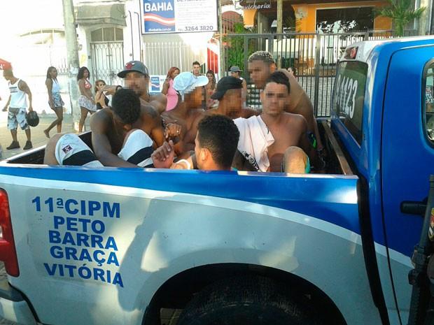 Suspeitos de envolvimento na confusão foram conduzidos para delegacia (Foto: Divulgação / PM)