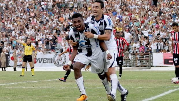 Assis marca o primeiro gol do Treze no Amigão (Foto: Leonardo Silva / Jornal da Paraíba)