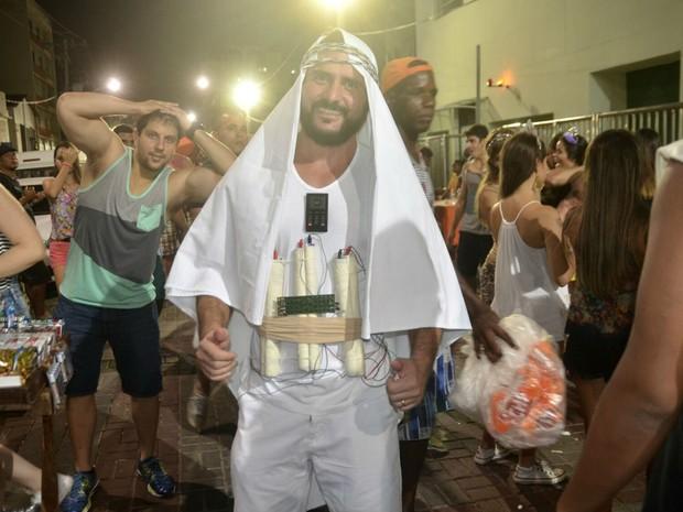 Folião se veste de homem-bomba para curtir primeiro dia de festa em Salvador (Foto: Diogo Macedo/Ag Haack)
