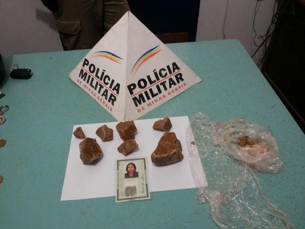 Pedras de crack estavam na bolsa de uma mulher (Foto: Divulgação / Polícia Militar)